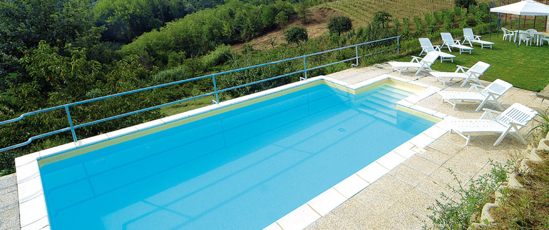 piscina con panorama sul roero cascina vrona agriturismo